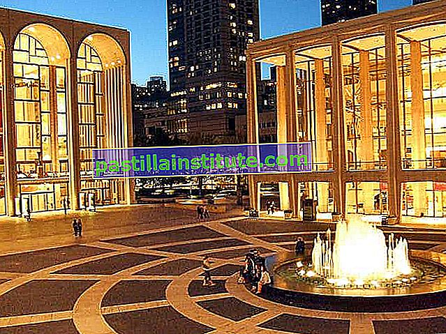 Vue de nuit sur le Lincoln Center for the Performing Arts, New York, New York.
